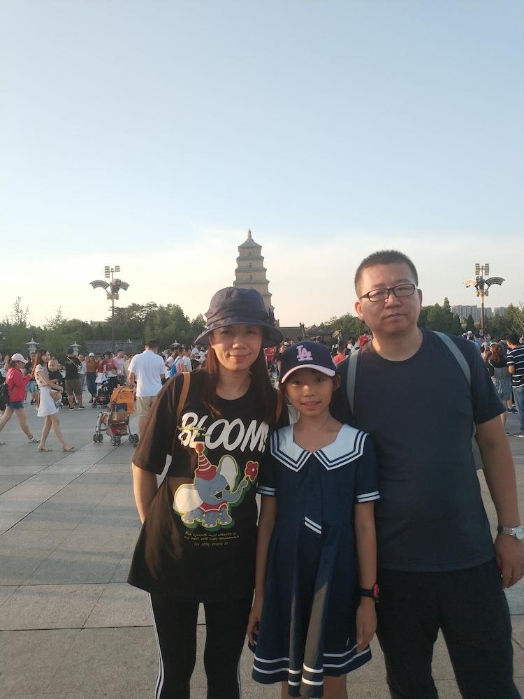 一家三口在大雁塔广场前的合影