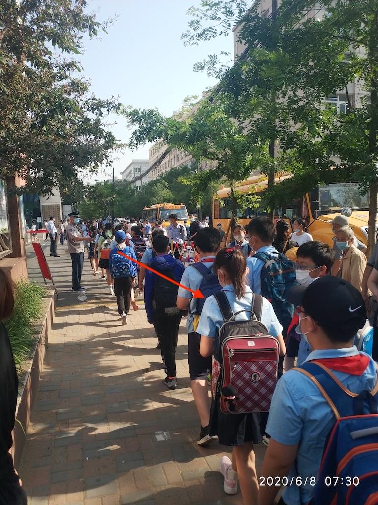 排队进校门的学生们