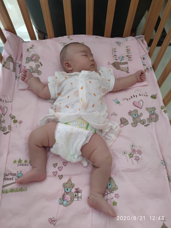 躺在婴儿床中的我